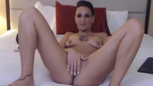 Masturbare amatoriala cu o bruneta sexy