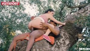 Sex in natura cu o tarfa fututa de un negru in copac