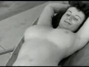 Milf sexy face plaja in pizda goala langa piscina