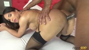 Sex anal interracial cu o tarfa latina transexuala