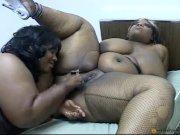 Doua lesbiene negre si grase se masturbeaza reciproc