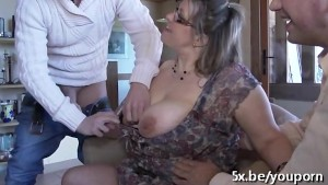 Sex in trei cu o blonda grasa si matura