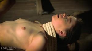 BDSM cu o zdreanta legata, biciuita si masturbata