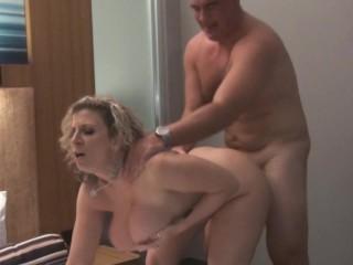 Sara Jay se fute la hotel cu un mascul musculos si solid