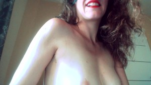 Masturbare amatoriale cu o tarfa care se trage de sfarcuri si pizda