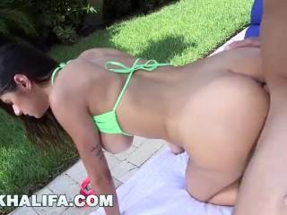Musculos cu pula mare o fute la piscina pe Mia Khalifa