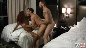 Cuplu bisexual primeste la un futai in trei un pervers