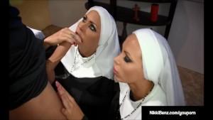 Nikki Benz si Jessica Jaymes fac sex in trei in biserica cu preotul