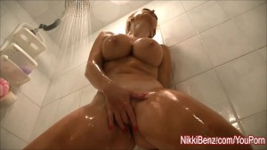 Nikki Benz isi masturbeaza pizda umeda sub dus