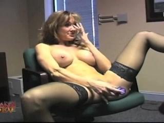 Masturbare la birou cu tatoasaBrandi Love