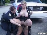 Sex interracial in trei cu doua politiste si un negru pulos