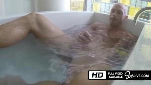 Johnny Sins se masturbeaza in cada si ofera un material de laba perfect