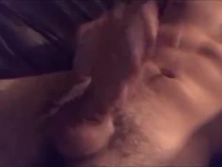 Pervers labagiu se filmeaza cu telefonul in timp ce se masturbeaza