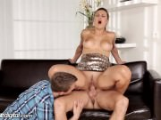 Maseur bisexual face sex in trei cu un cuplu pervers
